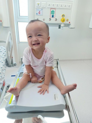 loving photos show conjoined twins after removal of leg cast hinh 4