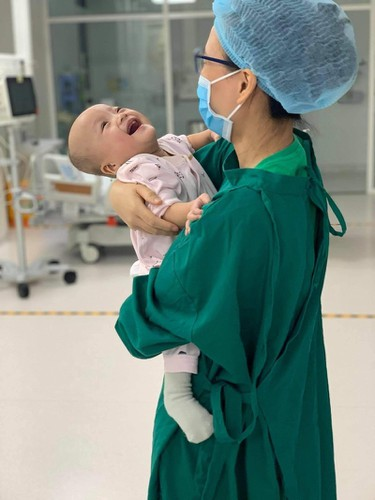 loving photos show conjoined twins after removal of leg cast hinh 8