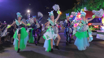 Street carnival whips up excitement among Da Nang crowds