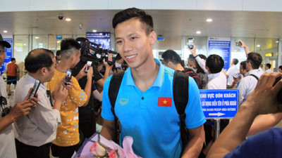 National men's football team receives warm welcome upon arrival home