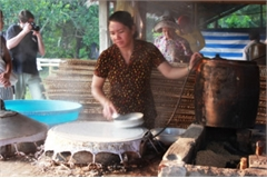 Cai Rang traditional craft village serves visitors with Hu Tieu noodle