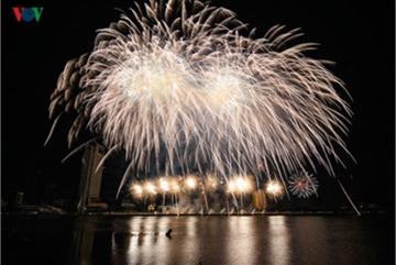 British and Chinese teams display spectacular fireworks for Da Nang Festival