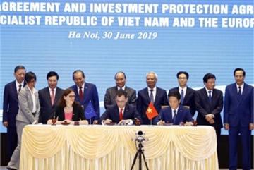 PM Nguyen Xuan Phuc witnesses signing of Vietnam-EU FTA, IPA in Hanoi