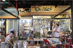 Hunting valuable antiques in HCM City coffee shop
