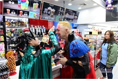 HCM City's Bui Vien street bustles with visitors for Halloween celebrations