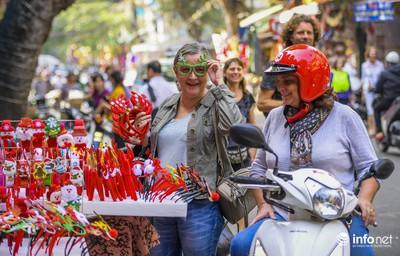 Pre-Christmas hustle and bustle hits Hang Ma street