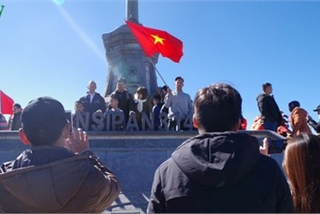 Hordes of tourists head to the peak of Fansipan