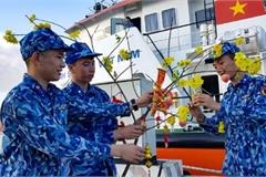 Naval ships bearing Tet gifts brings joy to soldiers at sea