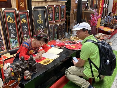 HCM City's residents flock to Tet calligraphy markets