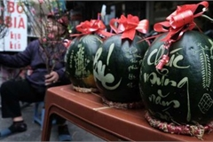 Fruit carvings lure plenty of customers for Tet