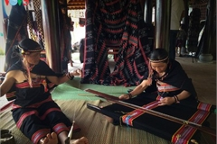Ta Oi ethnic minority preserve traditional Zeng weaving