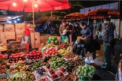 COVID-19: Post-restriction night markets open again in Hanoi
