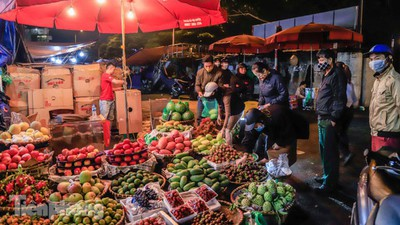 COVID-19: Post-restriction night markets open again in Hanoi