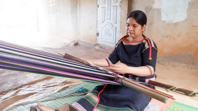 Ede ethic women preserve brocade weaving