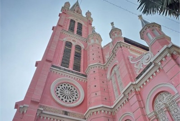 Foreign tourists flock to view Tan Dinh Church