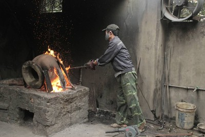 Y Yen bronze casting village keeps furnaces burning