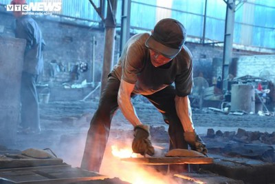 Metal casting workers struggle under scorching temperatures