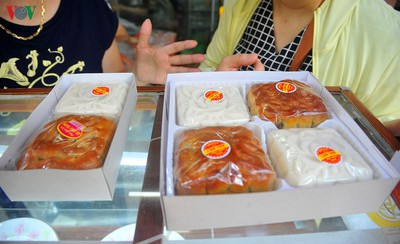 People queue for mooncakes as Mid-Autumn Festival nears