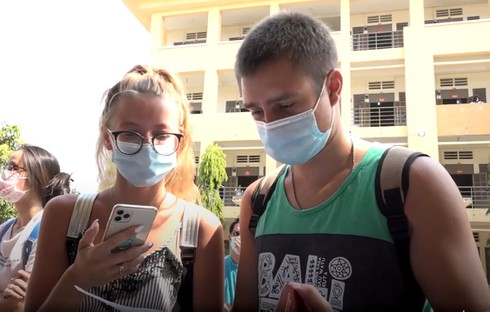 over 100 foreigners thank vietnam after 14-day quarantine ends hinh 0