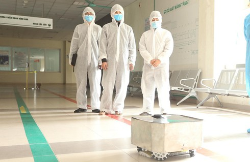vietnam manufactures covid-19 disinfection robot hinh 0