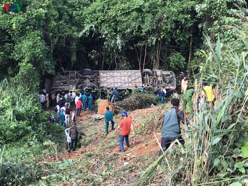 tragic bus accident leaves 5 dead and 32 injured in photos hinh 2