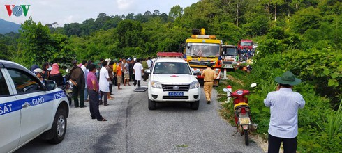 tragic bus accident leaves 5 dead and 32 injured in photos hinh 3