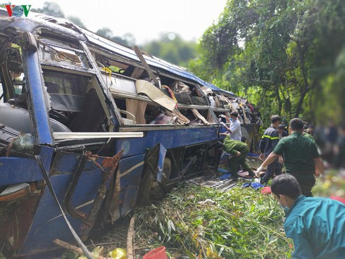 tragic bus accident leaves 5 dead and 32 injured in photos hinh 4