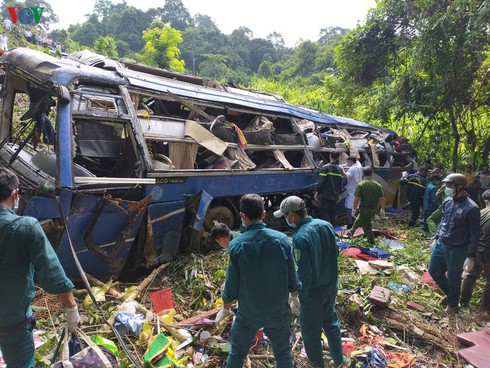 tragic bus accident leaves 5 dead and 32 injured in photos hinh 7