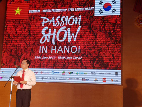 korean and vietnamese traditional outfits featured at hanoi passion show hinh 1
