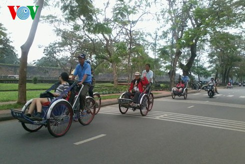 cyclo tours in hue ancient city hinh 1