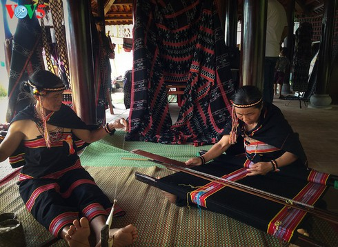 ta oi ethnic minority preserve traditional zeng weaving hinh 0