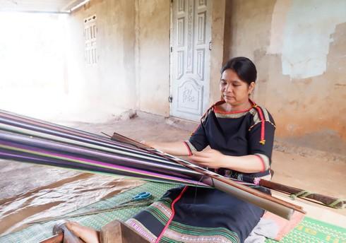 ede ethic women preserve brocade weaving hinh 0
