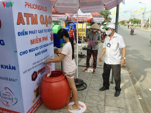 rice atm helps vietnam's poor survive covid-19 pandemic hinh 1