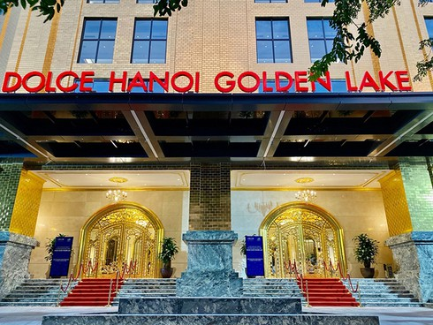what makes hanoi's first gold-plated hotel special? hinh 0