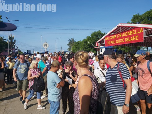 phu quoc greets italian cruise ship with over 2,000 tourists hinh 0