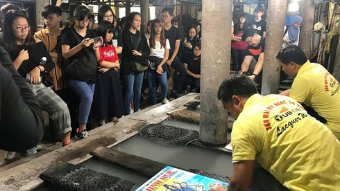 southern village's lacquer art kept alive hinh 1