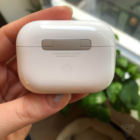 vietnam enjoys benefits of apple moving airpods pro manufacturing from china hinh 0