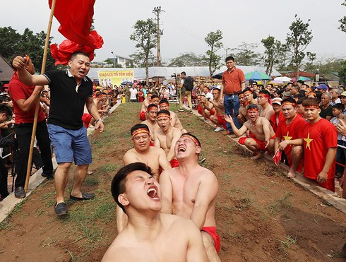 vietnamese folk games: sitting tug-of-war and clay firecracker hurling hinh 2