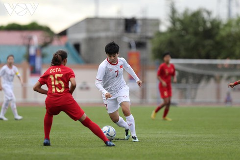 two female footballers invited to play in europe hinh 0