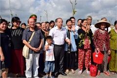 Chủ tịch tỉnh dẫn hàng trăm hộ dân đi xem nơi ở mới