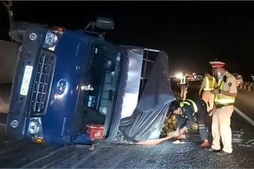 Xe tải lật trên cao tốc, các làn xe kẹt cứng, nhân viên cứu hộ chạy bộ 2km mở đường cho xe cấp cứu