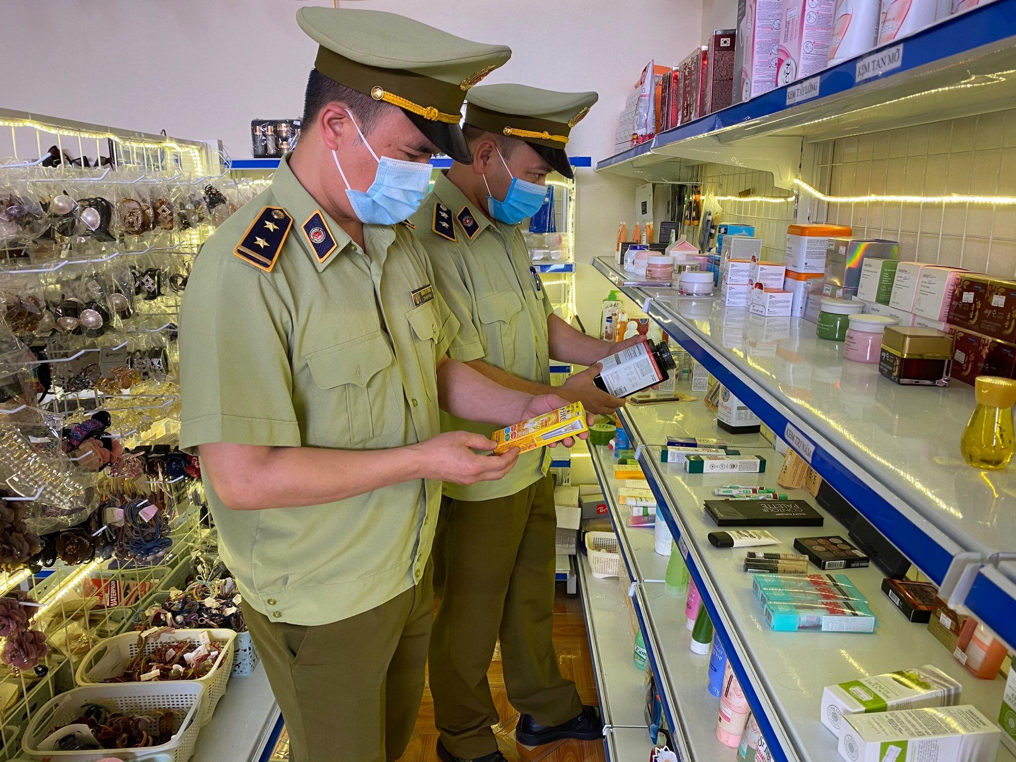 Cơ quan quản lý thịtrường kiểm tra hàng hóa tại Lạng Sơn.