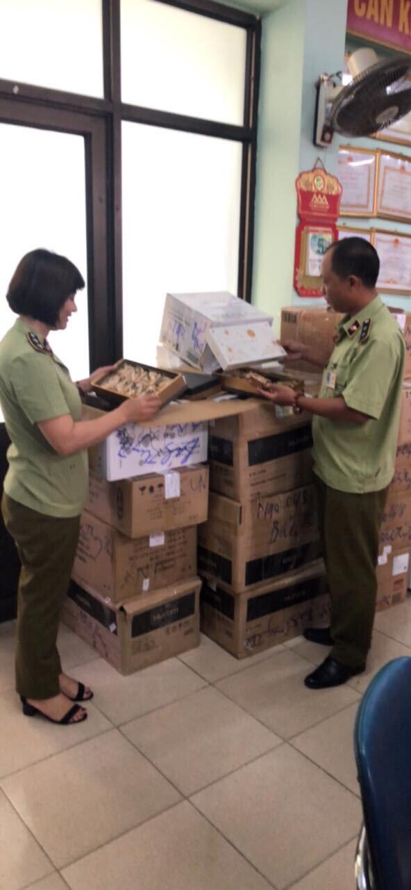 Hà Nội: Tạm giữ hơn 1 nghìn chiếc bánh Trung thu nhập lậu vào Việt Nam - ảnh 1