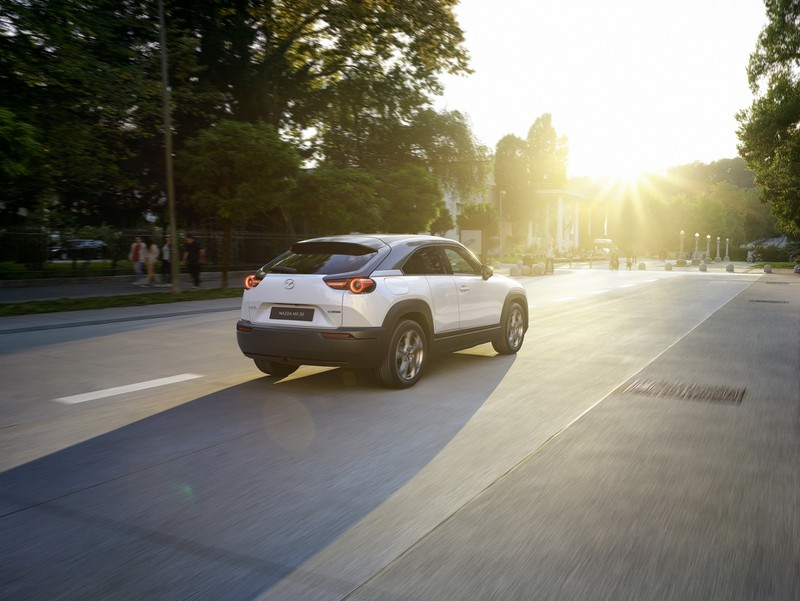 Mazda MX-30 2021 thế hệ điện đầu tiên có giá từ 915 triệu đồng - ảnh 1