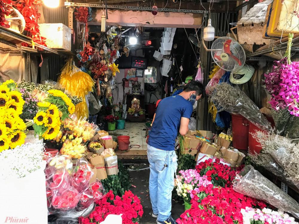 """Cũng theo chị này, đối với việc kinh doanh hoa mùa dịch cũng tuỳ vào từng ngày, có ngày cũng có khá đơn hàng, có ngày lỗ vài triệu đồng vì """"sáng hoa, chiều rác"""". Tuy nhiên, nhìn chung sức mua giảm từ 60-70% so với ngày thường."""