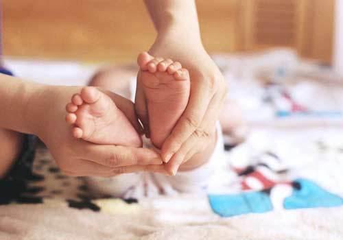 Cô Hai chăm sóc và yêu thương bé từ khi mới sinh ra. Ảnh minh họa