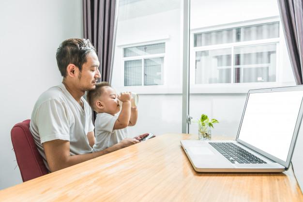 Chúng ta dành quá nhiều thời gian cho mạng xã hội và các việc khác trên điện thoại, hơn là dành cho con. Ảnh minh họa