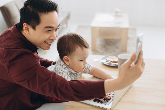 Có bao nhiêu người cha quá chú trọng việc chụp hình đăng hình con, trong khi thứ trẻ thực sự cần là không phải vậy. Ảnh minh hoạ.