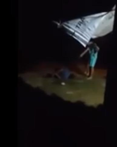 Những hình ảnh con xử cha đã khiến nhiều người không chịu nổi (ảnh chụp từ clip)