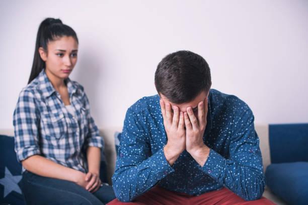 Ở công ty mâu thuẫn bởi công việc, về nhà sự khó chịu ấy vẫn đeo bám khiến họ căng thẳng, không khí gia đình vì thế mà kém vui (ảnh minh hoạ)